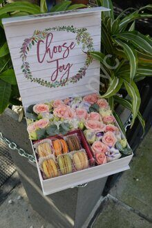 Box with roses and macarons