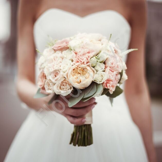 Bridal bouquet with roses of David Austin and dianthus