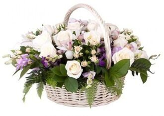 Basket of roses and lisianthus