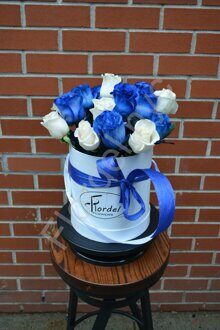 Blue and white roses box